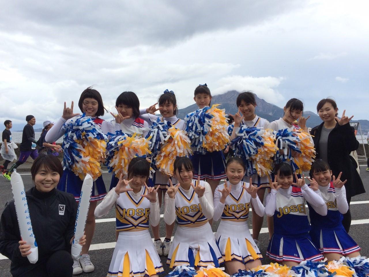 桜島を背景に記念撮影