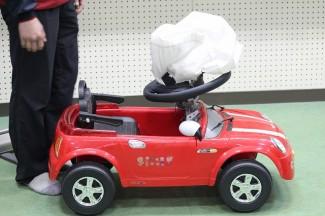 エアバッグの実験をラジコンカーで行いました