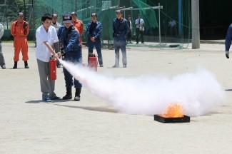 実際に消火器を使って消火練習をしました