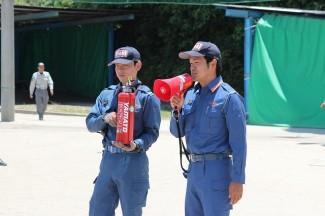 日置消防署職員による消火器の使い方の説明