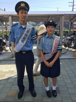 一日警察署長を務めた小野君・中津さん