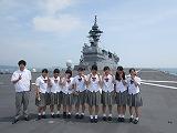「護衛艦いずも」の上で記念撮映