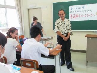 参加した中学生が千円札を破るところ。緊張します。