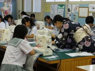 浴衣を着た本校生徒も製作の補助をしました