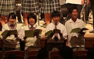 全体合唱(左から:板倉さん・辻さん・神前くん・外堀くん)