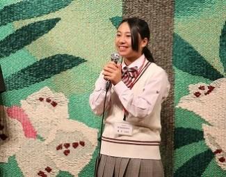 出演者にインタビューをする2年生の藤井さん
