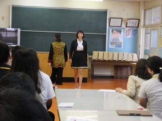 キリン柄のスーツとギャザースカート