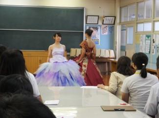 グラデーションが爽やかな印象のドレスと和柄のドレス