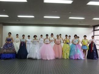 自作のドレスを着用した生徒たち