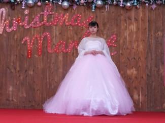 ピンクのオーガンジーを何枚も重ねたドレス