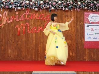 手作りのコサージュをちりばめたドレス