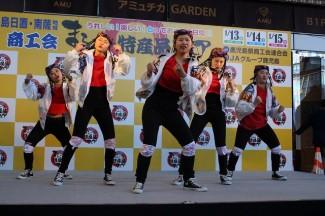 迫力のある5人組のダンス
