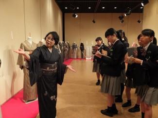 大島紬の説明を真剣に聞きます