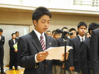 新入生を代表して,進学体育科1年A組の田島 伊霧稀くん(鹿児島育英館中出身)が誓いの言葉を述べました