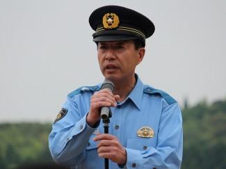 挨拶される日置警察署長