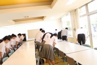 多目的ホール内から,吉永市之助・やす両先生・後藤大治先生の胸像に向けて合格を祈願しました。