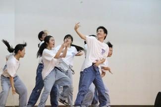 アトラクションでダンスを披露する3年生
