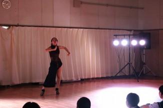 ダンスを披露する卒業生