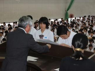 県高校総体で優勝した空手道部の表彰