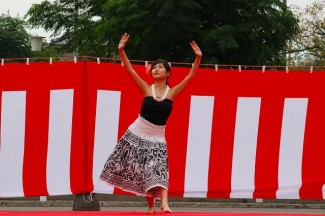2年生の隈元さんはフラダンスを披露