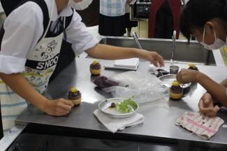普通科パティシエコースの体験では,紫芋を使ったモンブランを作りました