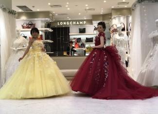 桂由美さんデザインの小花をあしらったカラードレス