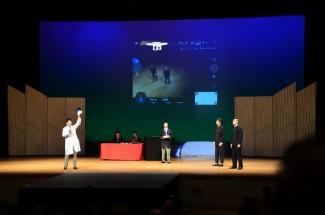 舞台でドローンの飛行実演を行いました
