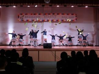 芸文コース3年生は,教室を舞台としたダンスを披露しました