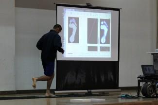 フットスキャンという装置で,足への力の加わり方を測定しています