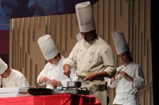 調理科生徒が,ローストチキン用のソースを作っています