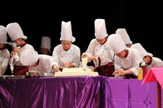 普通科パティシエコースの生徒が,ケーキにデコレーションを行っている様子です