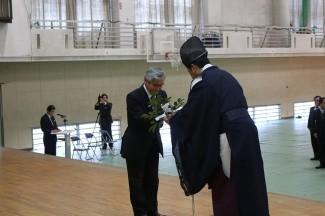 本校教職員を代表して秋武校長が玉串を捧げました