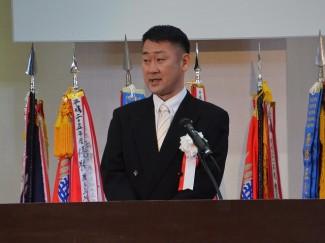 卒業生へのお祝いのことばと告辞を述べる後藤理事長