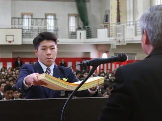 各学科の代表生徒に,校長より卒業証書が授与されました ※こちらは普通科文化系代表の屋久 楓くん(生冠中出身)