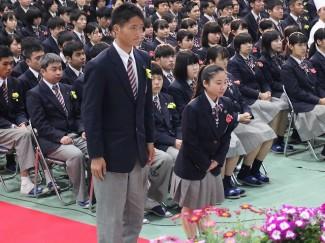 式では,生駒仁くん(左,鹿児島育英館中出身)と 藤井沙弥加さん(右,福平中出身)に学園賞が授与されました