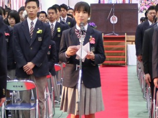 前生徒会長の諏訪さゆりさん(長田中出身)が答辞を述べました