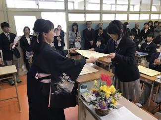 教室で一人ひとり卒業証書を受け取りました。