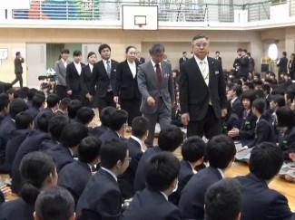 生徒の拍手に迎えられ,新任者が入場しました