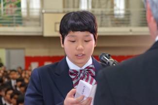 「新入生誓いのことば」を述べる藤田乃那さん(進学体育科1年,名瀬中出身)
