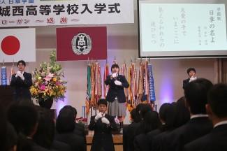 社会福祉科の生徒が,学園歌・校歌に合わせて手話を披露しました