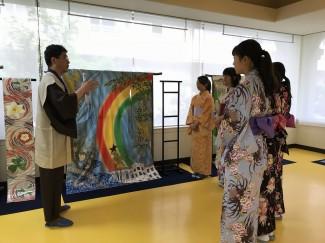ガーナ共和国の着物 大島紬の制作者の説明を熱心に聞く生徒たち