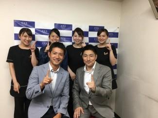 ワールドジャパン株式会社 代表取締役社長 大畑様と卒業生 左から 田中さん,松下さん,小田さん,鶴園さん