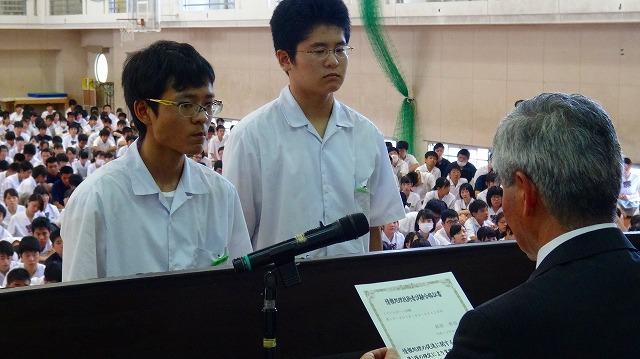 全校生徒の前で表彰されました