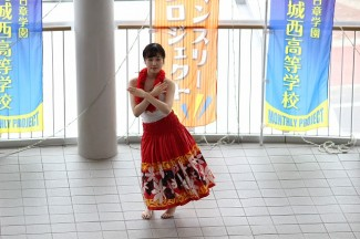 3年生「Mina」によるフラダンス