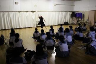 卒業生によるダンスの披露