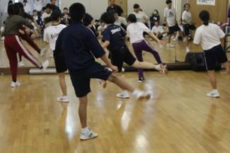 こちらは普通科芸術文化コース HipHopダンスの基礎レッスンです