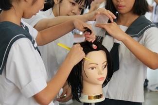 こちらはヘアーデザイン科 ワインディングの体験です