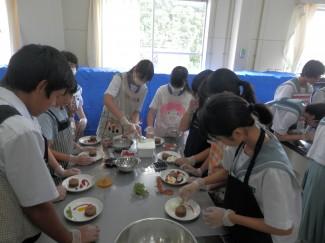 フォンダンショコラの皿盛りをする中学生