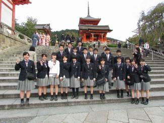 清水寺での記念撮影,本堂や音羽の滝の見学をしました。