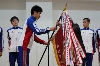 優勝旗が校長に手渡されました